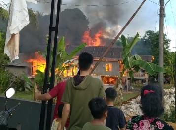 Akibat Kosrleting Listrik, Rumah Krg. Lumu di Tanralili Maros Terbakar