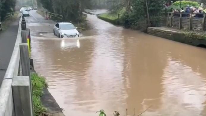 Apa Jadinya Jika Mobil Listrik Nekat Melewati Genangan Air? Simak Videonya