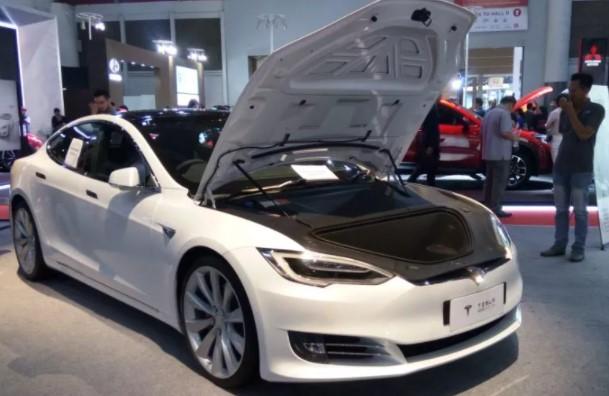 Apa Jadinya Jika Mobil Listrik Tesla Pakai Mesin Chevrolet?
