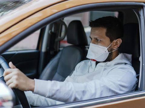 Apakah Perlu Memakai Masker Saat Naik Mobil Sendirian? Begini Penjelasannya