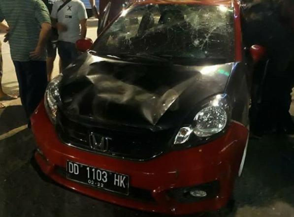 Bang Jago ! Aksi Pengemudi Mobil Ugal-ugalan di Makassar Todongkan Pistol Ke Pemotor