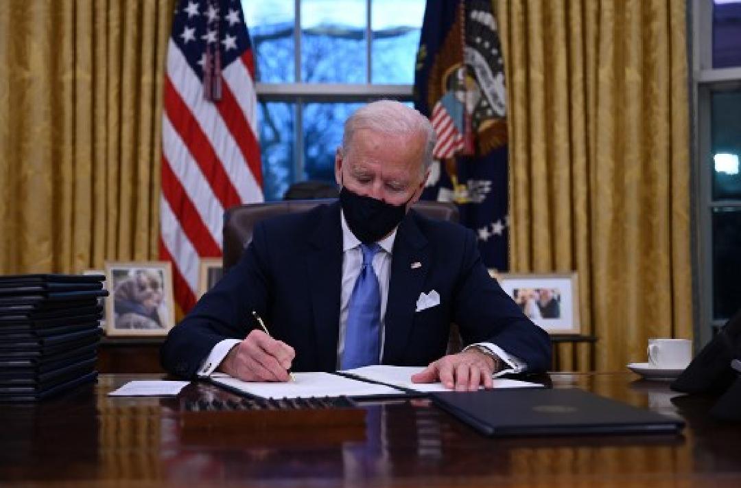 Biden Tandatangani 17 Perintah Eksekutif, Batalkan Larangan Muslim Masuk ke AS