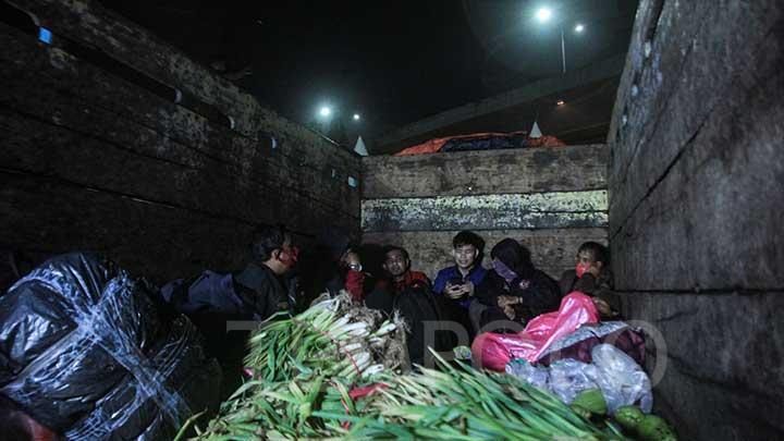 Demi Pulang Kampung, Pemudik Ini Kelabui Polisi dengan Numpang di Truk Sayur