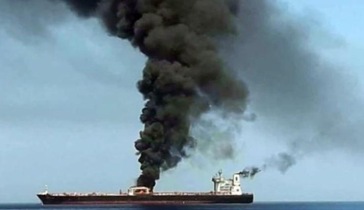 Diserang Sumber Tak Dikenal, Kapal Tanker Arab Meledak Dan Terbakar