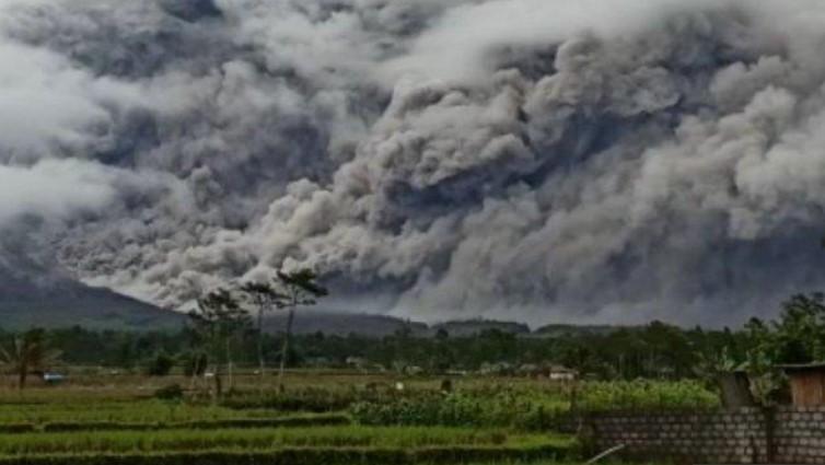Gunung Semeru Erupsi Muntahkan Lava Pijar 4 Kilometer
