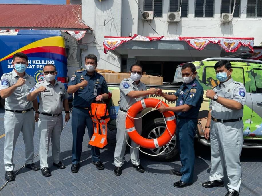Jasa Raharja Serahkan Bantuan Sarana Pencegahan Kecelakaan Transportasi Laut