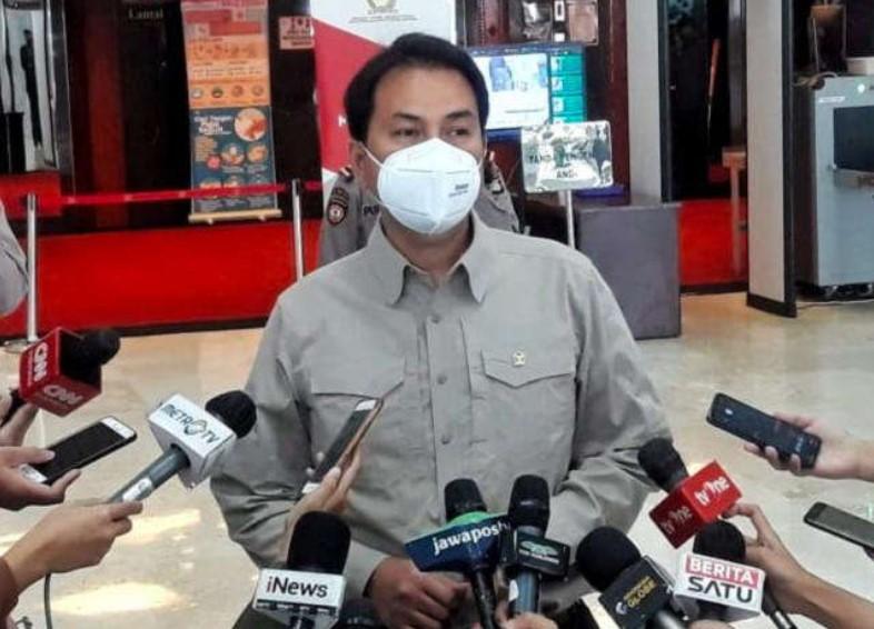 KPK Bawa Dua Koper Setelah  Lebih Dua Jam Geledah Ruang Kerja Azis Syamsuddin