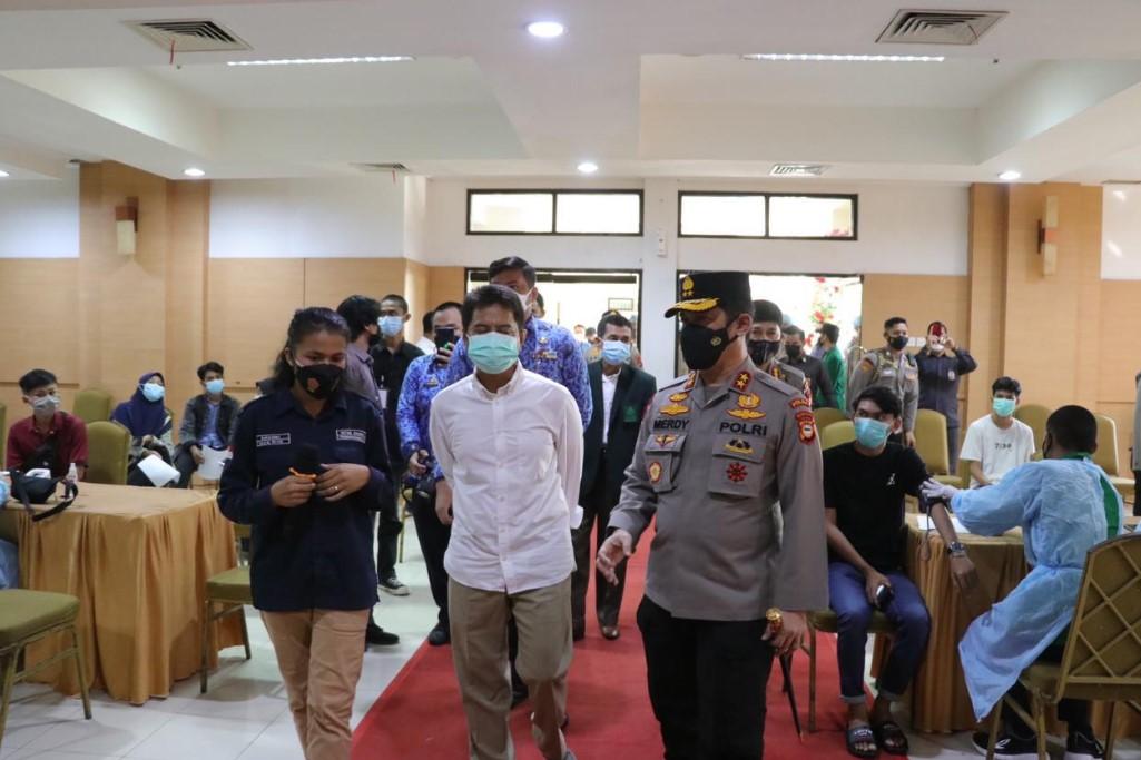 Kapolda Sulsel Tinjau Gerakan Vaksinasi Sinergitas Mahasiswa - Pelajar Bersama Polri di UIN Alauddin
