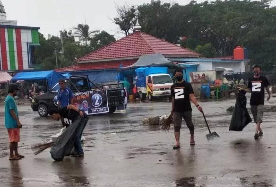 Komunitas Pendukung Chaidir – Suhartina Bersih-bersih Pasar Tramo