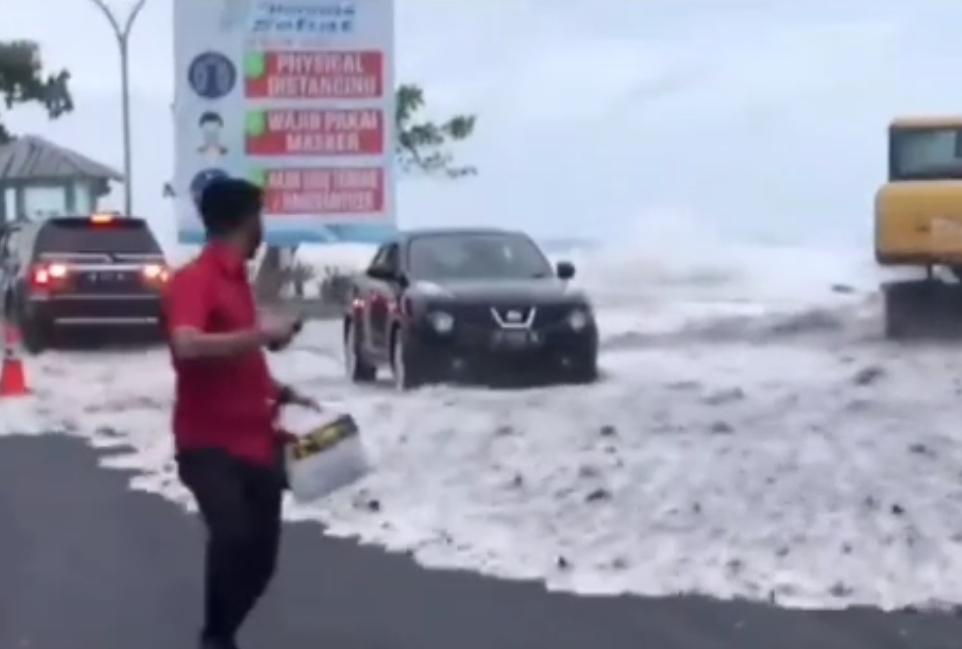 Manado Diterjang Gelombang Laut Pasang, Mal Mantos Ikut Terendam