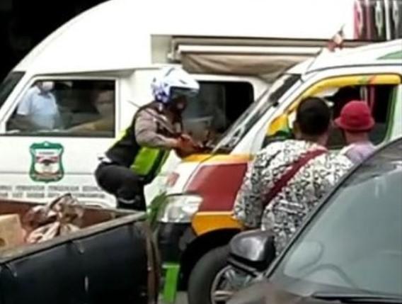 Menolak Diatur Saat Terjadi Kemacetan, Sopir Angkot Nekat Tabrak Polisi