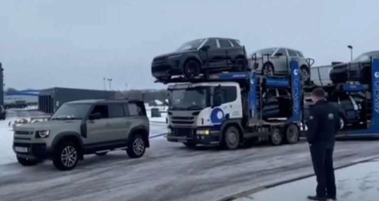 Meski Berukuran Lebih Kecil, Mobil Ini Mampu Derek Truk Bermuatan Mobil