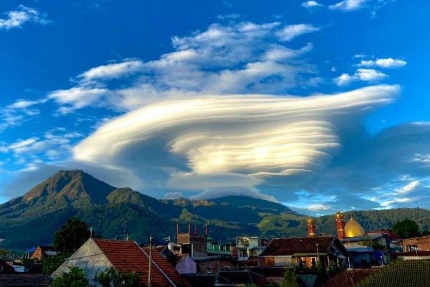 Muncul Awan Mirip UFO di Atas Gunung Arjuno, Begini Penjelasan BMKG