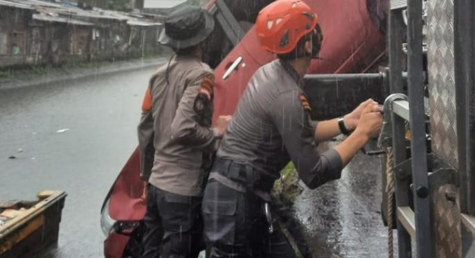 Panik Hingga Banting Kemudi, Mobil Ini Tercebur ke Dalam Kanal