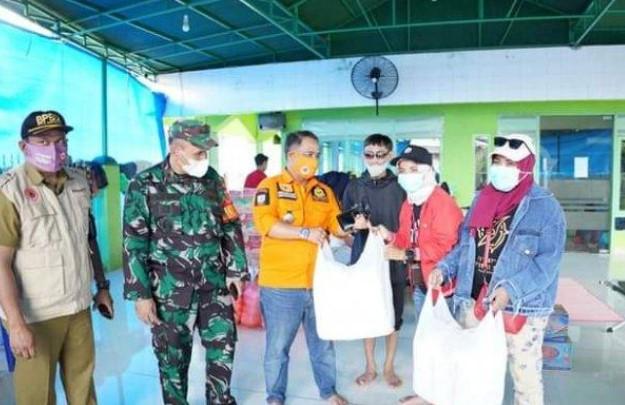 Peduli Bencana, Komunitas Jurnalis Berbagi Salurkan Bantuan Korban Banjir Makassar