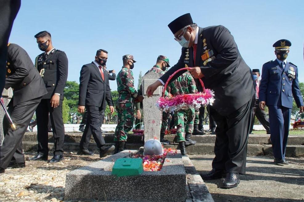 Pemprov Sultra Peringati Hari Pahlawan, Gubernur Ali Mazi Ziarah ke TMP dan Tabur Bunga