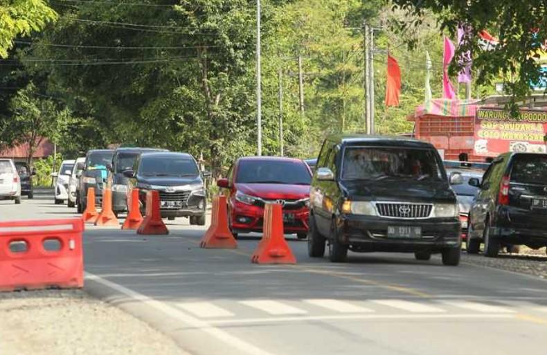 Perbatasan Lutra Dijaga Petugas Gabungan, Dua Mobil Asal Bone Diperintahkan Putar Balik
