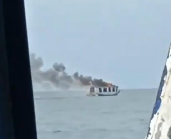 Rokok Membunuhmu ! Detik-Detik Kapal Penyebrangan Pulau Kodingareng Makassar Terbakar