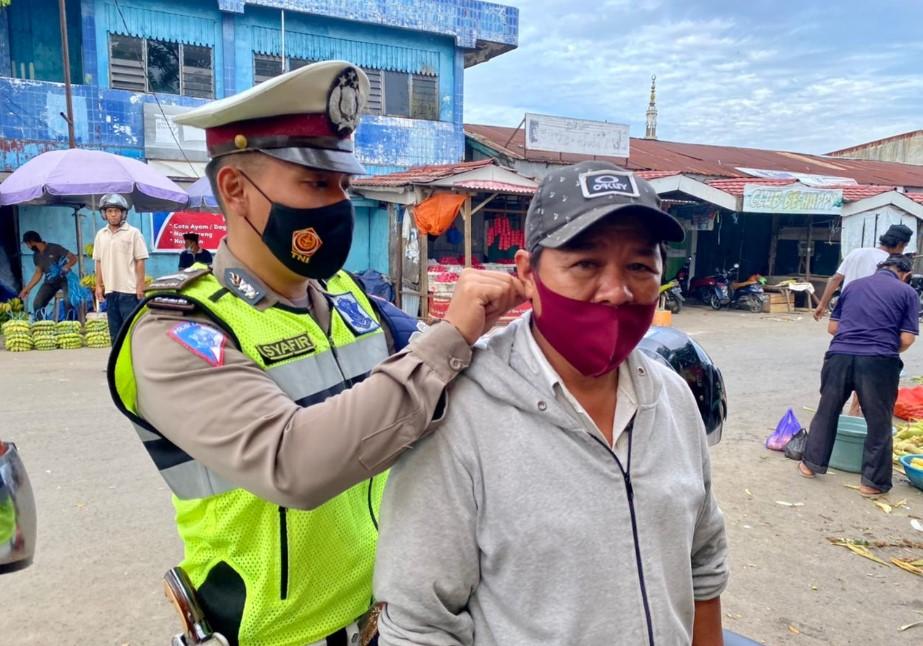 Sat Lantas Polres Maros Bagi Masker ke Warga Pengunjung Pasar Sentral