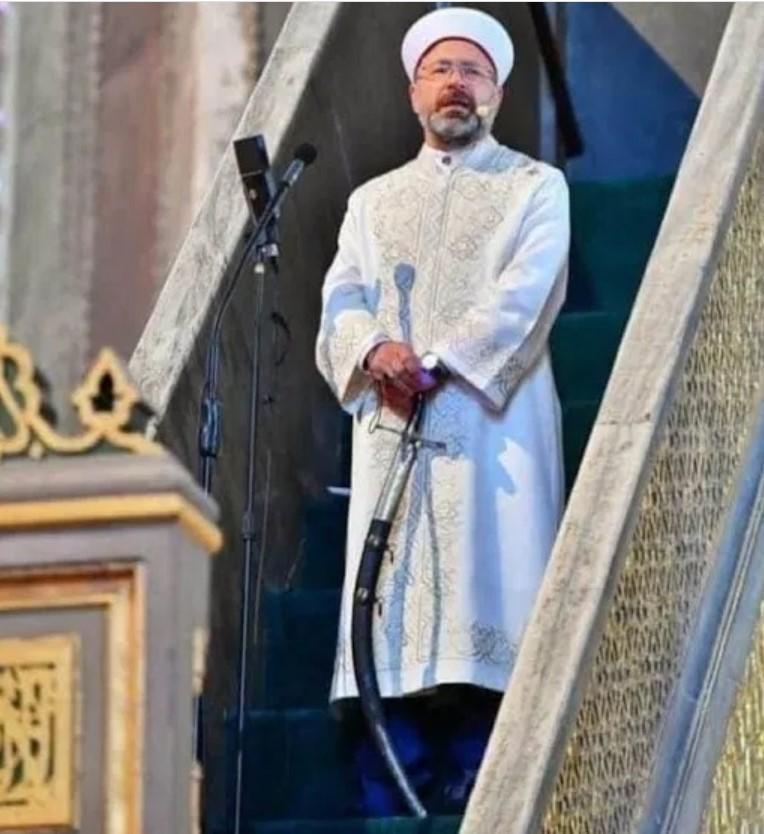 Shalat Jumat di Hagia Sophia Khatib Khutbah Sambil Pegang Pedang, Ini Maknanya