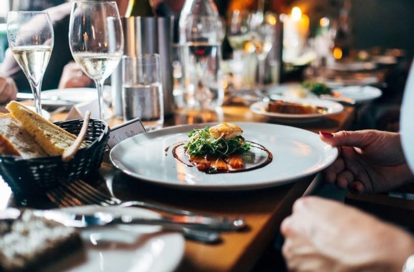 Tips Aman Makan di Restoran Menggunakan Wadah yang Sama