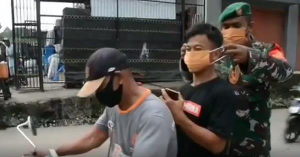 VIDEO : Dipasangkan Masker sama Anggota TNI, Pemotor Bikin Ngakak Netizen