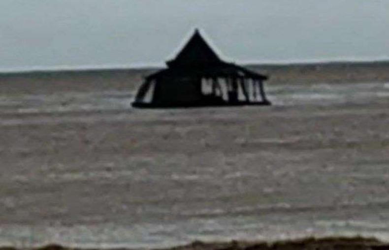 Viral, Masjid Apung Terapung di Tengah Laut