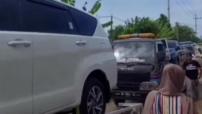 Viral, Warga Tuban Ramai-ramai Beli Ratusan Mobil Secara Bersamaan