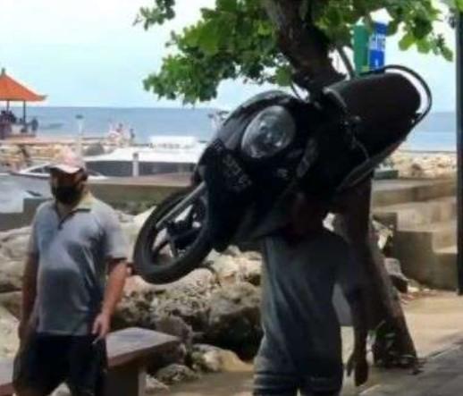 Viral.. Pria Ini Angkat Motor Scoopy Bak Koper