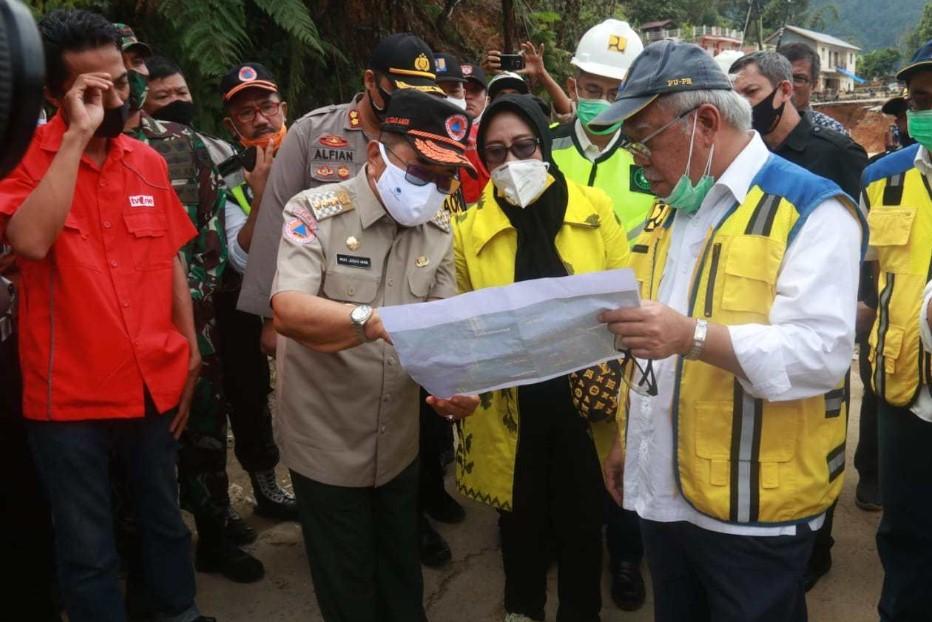 Walikota Palopo Dampingi Menteri Basoeki Kunjungi Lokasi Longsor