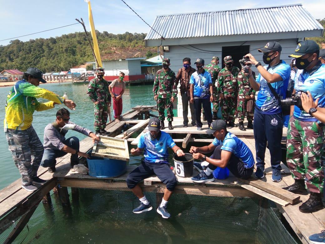 Dukung Ketahanan Pangan di Tengah Pandemi Covid-19, Lanal Kendari Panen Raya Ribuan Ikan Putih Di Konawe