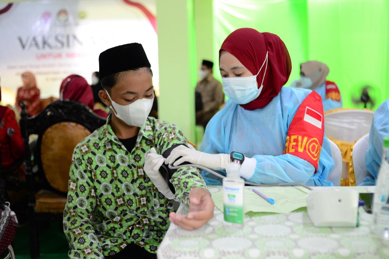 Naoemi Octarina Dampingi Nadiah Zainuddin Amali Hadiri Vaksinasi untuk Negeri di Pesantren An-Nahdlah Makassar